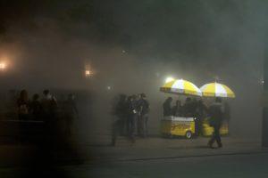 paris-brouillard-nuit-blanche-place-de-la-république-vendeur-ambulant